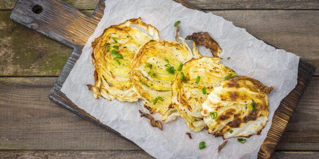 Как приготовить запечённые овощи: капустные дольки со специями в духовке