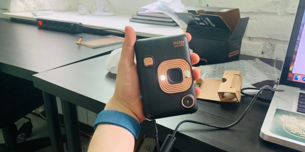 Fuji Instax Mini LiPlay в руке