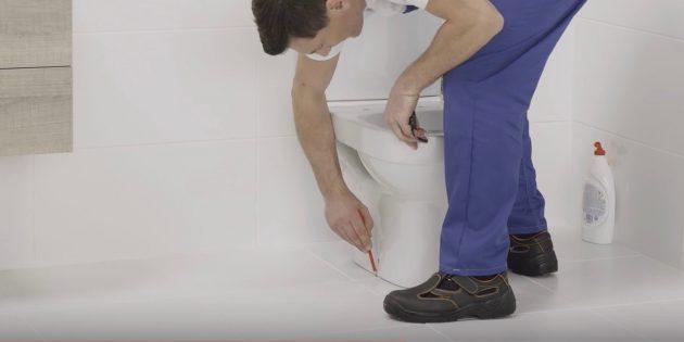 Установка унитаза: маркером отметьте на полу крепёжные отверстия