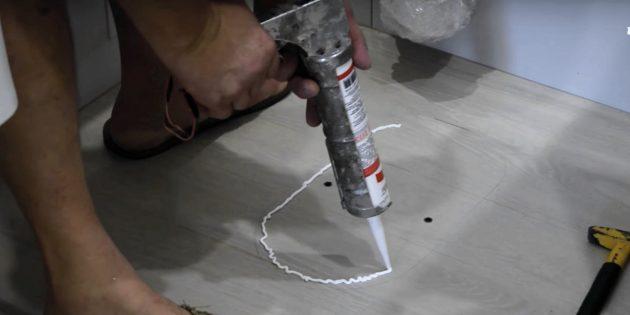 Как установить унитаз: нанесите силикон змейкой по периметру унитаза
