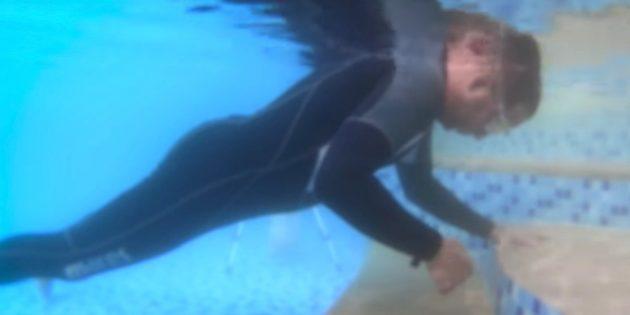 Ребёнок опустит лицо в воду и поднимет одну из рук