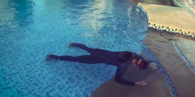 Как научить ребёнка плавать: нужно убрать обе руки и повисеть в воде