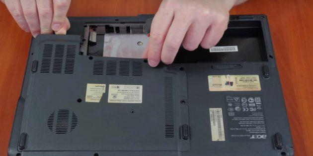 Вытащите ОЗУ, чтобы почистить ноутбук