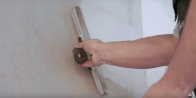 Как выровнять стены шпаклёвкой: начиная от угла и сверху вниз накладывайте, а затем снимайте излишки шпаклёвки шпателем