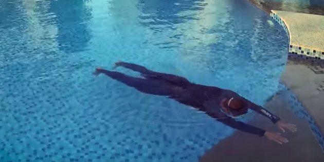 Как научить ребёнка плавать: нужно мягко оттолкнуться и скользить с вытянутыми руками