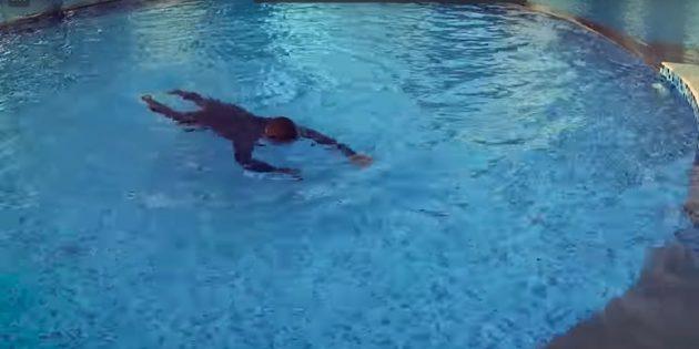 Как научить ребёнка плавать: нужно грести руками