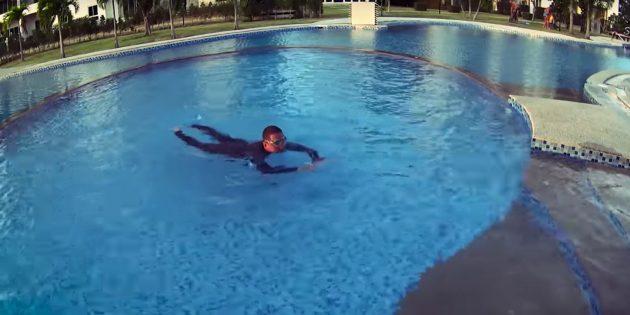 При движении ребёнок мягко поднимает голову над водой