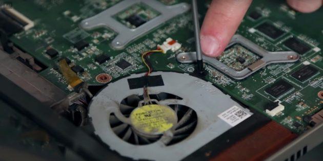 Извлеките кулер, чтобы почистить ноутбук