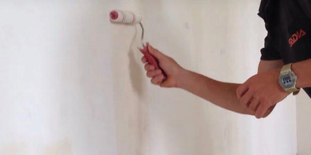 Как выровнять стены шпаклёвкой: снизу вверх нанесите валиком или кистью слой грунтовки