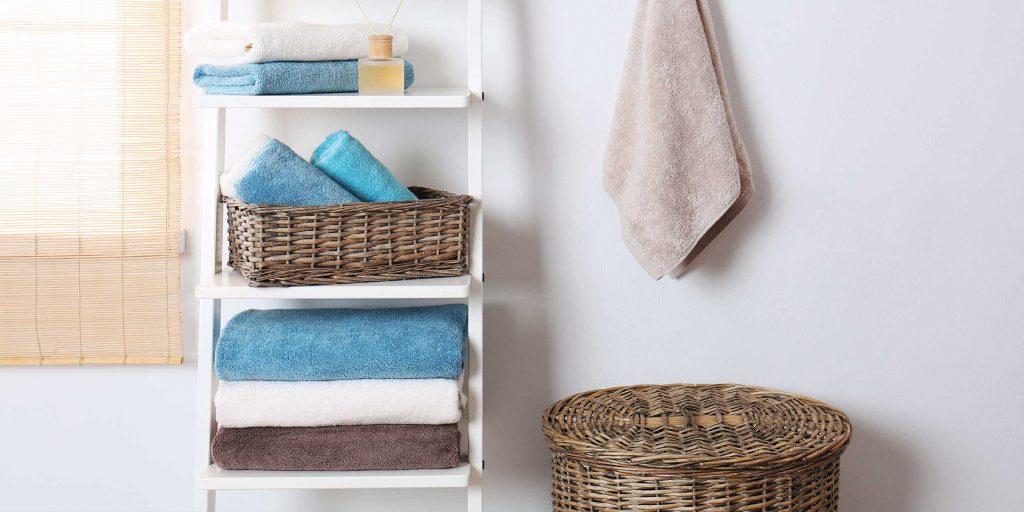 Полотенце на двери в ванной