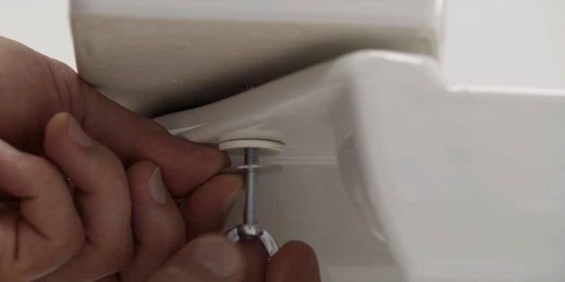 Как установить унитаз: прикрепите снизу пластиковые и металлические шайбы