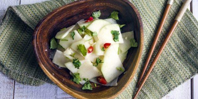 Рецепт салата из кольраби с чили и чесноком