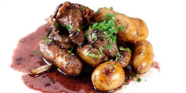 Картошка с лисичками в винном соусе