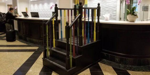 сервис отелей: лестница для детей на ресепшен