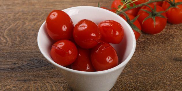 Солёные помидоры, нашпигованные чесноком