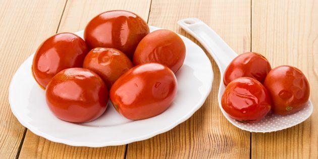 Как солить помидоры с зеленью и чесноком