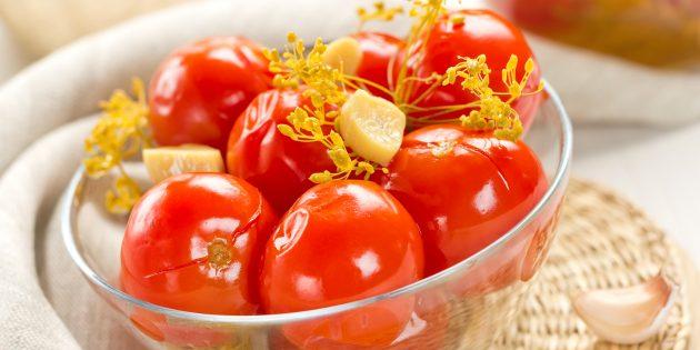 Как солить помидоры с чесноком, корнем хрена и зёрнами горчицы