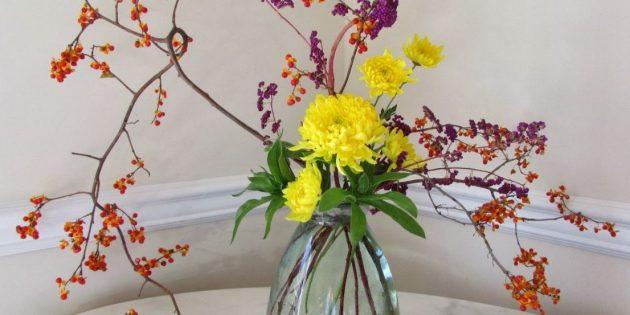Икебана из живых цветов и сухих веток