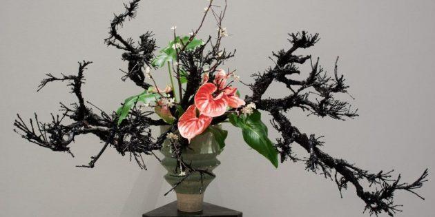 Икебана из живых цветов