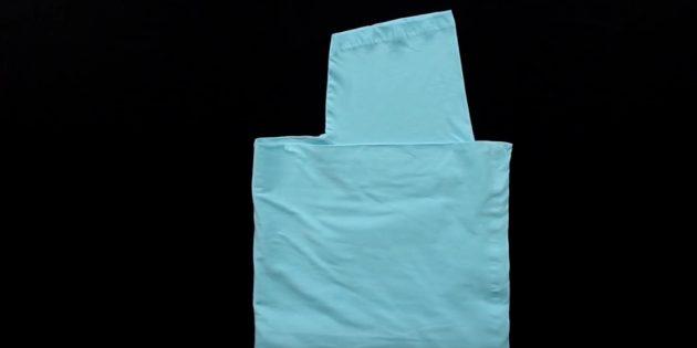 Держа правой рукой ткань в точках B и С, вытяните наружу левой рукой центр футболки