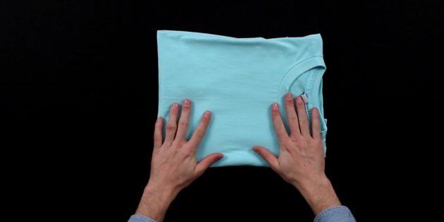 Сложите футболку так, чтобы передняя часть накрыла выступающий рукав