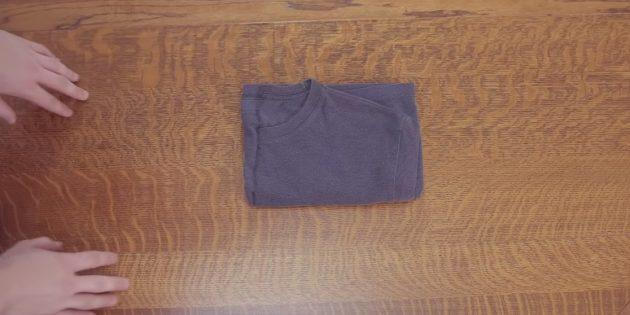Ещё раз сверните футболку поперёк пополам