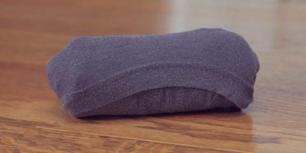 Как сложить футболку рулоном