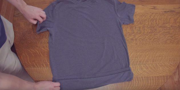 Разложите футболку и немного загните нижний край