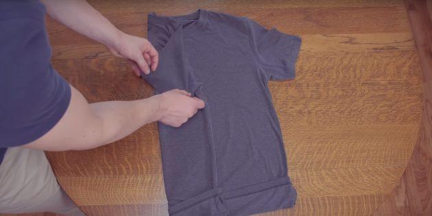 Сложите к середине одну часть футболки и загните рукав