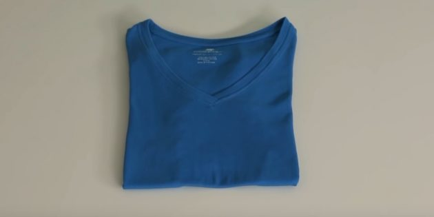 Как сложить футболку с помощью листа бумаги