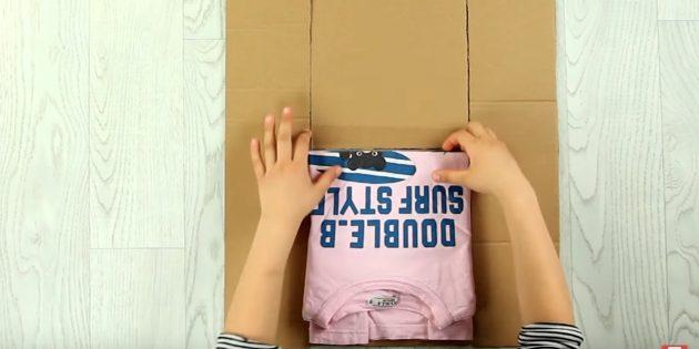 Разогните и заберите сложенную футболку