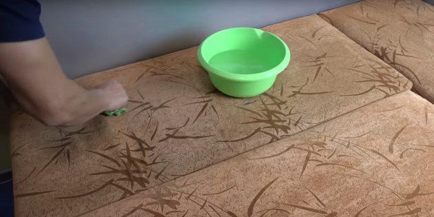 Почистите диван мокрой тряпкой