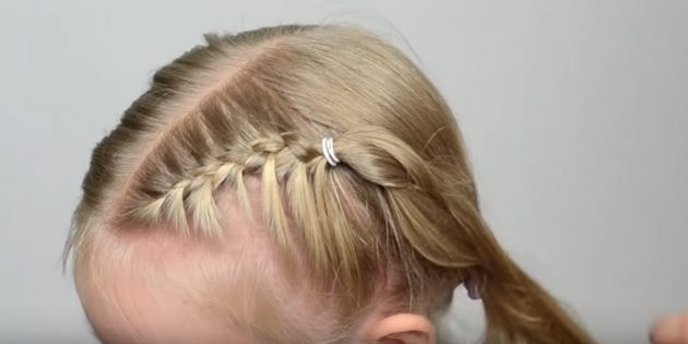 На распущенных волосах сверху возьмите три тонкие прядки и заплетите классический колосок