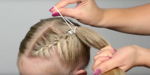 Снимите резинку снизу с этой же стороны и соберите все волосы в высокий хвост