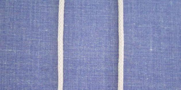 Возьмите 2 нити по 30 см и закрепите булавками на рабочей поверхности