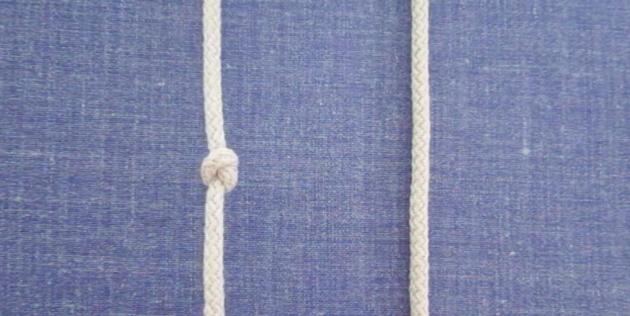 Теперь перетащите конец верёвки сверху вниз в образовавшуюся петлю и затяните