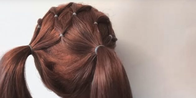 Сделайте два хвоста из всех волос