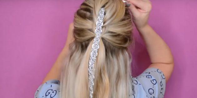 Соберите по бокам и снизу ещё часть волос и соедините в хвост вместе с выпущенными прядками и лентой