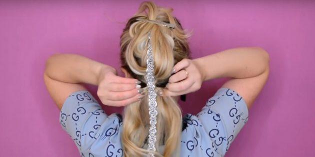 Соберите все оставшиеся снизу волосы вместе с лентой в хвост