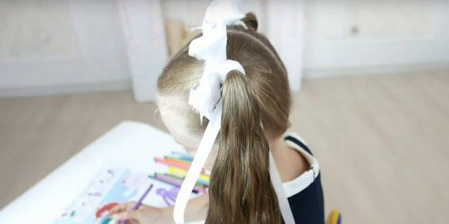 Соберите волосы по бокам в высокие хвостики и наденьте на них резинки с бантами