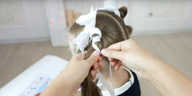 Наложите один конец ленты на волосы и перекрутите концы сбоку