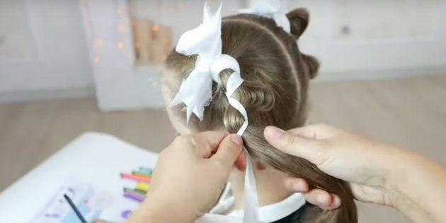 Положите хвост между лентами и вытяните волосы с одного края