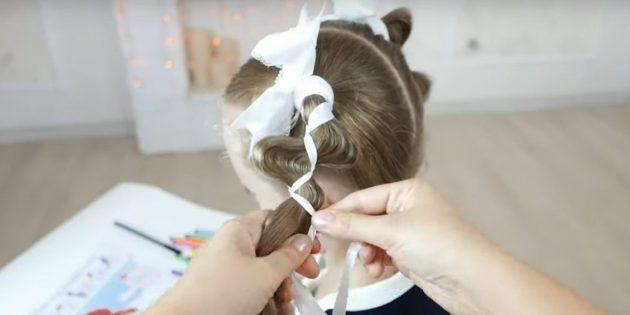 Снова расположите волосы между лентами и вытяните прядки с другого края