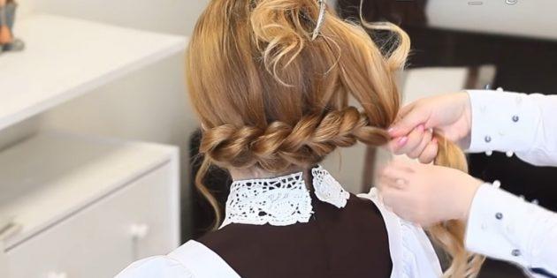 Продолжайте таким же образом, пока не будут заплетены все волосы