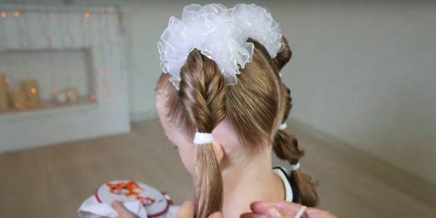 Разделите волосы пополам и проденьте через них хвост внутрь