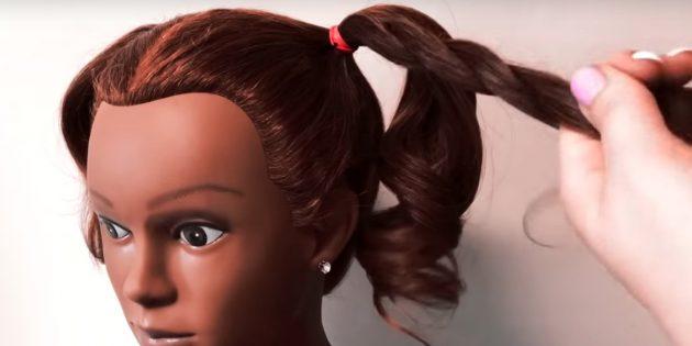Разделите волосы пополам и сделайте высокие хвостики