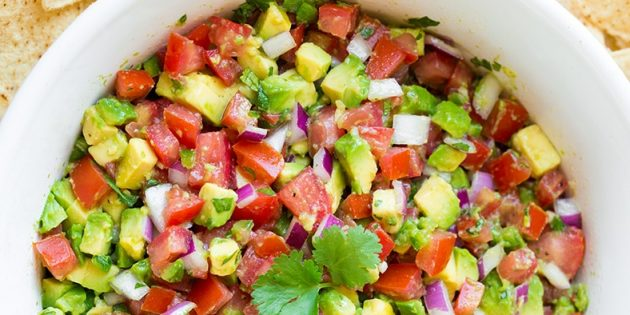 Соус сальса с авокадо и помидорами
