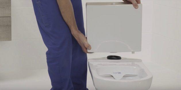 Установка унитаза: положите самую большую резиновую прокладку на полку унитаза и поставьте сверху бачок