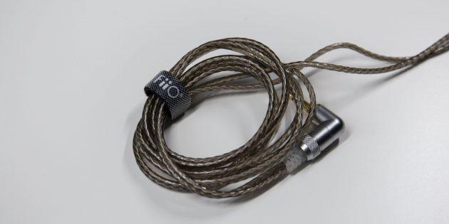 Чтобы провод не путался, можно использовать зажим-липучку