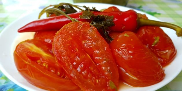 Солёные помидоры с зеленью, чесноком и перцем